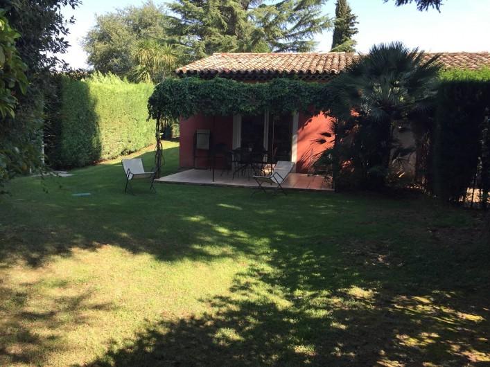 Location de vacances - Villa à Carros - Jardin sans vis à vis avec terrasse et pergolas arborée