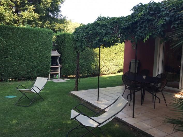 Location de vacances - Villa à Carros - Grand jardin clôturé et son barbecue maçonné