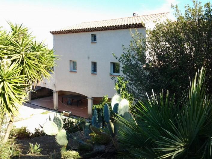 Location de vacances - Villa à Sainte-Maxime - Vue arrière de la villa avec terrasse couverte et parking