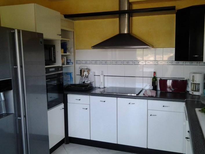 Location de vacances - Villa à Sainte-Maxime - Cuisine équipée avec Frigo américain, table de cuisson , four, MLV