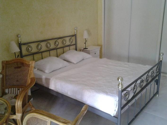 Location de vacances - Villa à Sainte-Maxime - Chambre à RdC surélevé avec terrasse