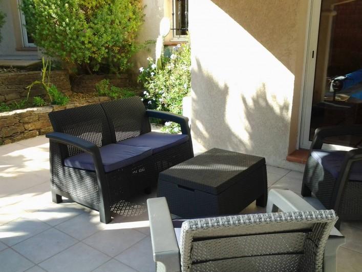Location de vacances - Villa à Sainte-Maxime - Salon de jardin sur terrasse devant la piscine