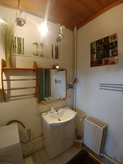 Location de vacances - Chambre d'hôtes à Beaumont - Poutre dans la chambre de la tour