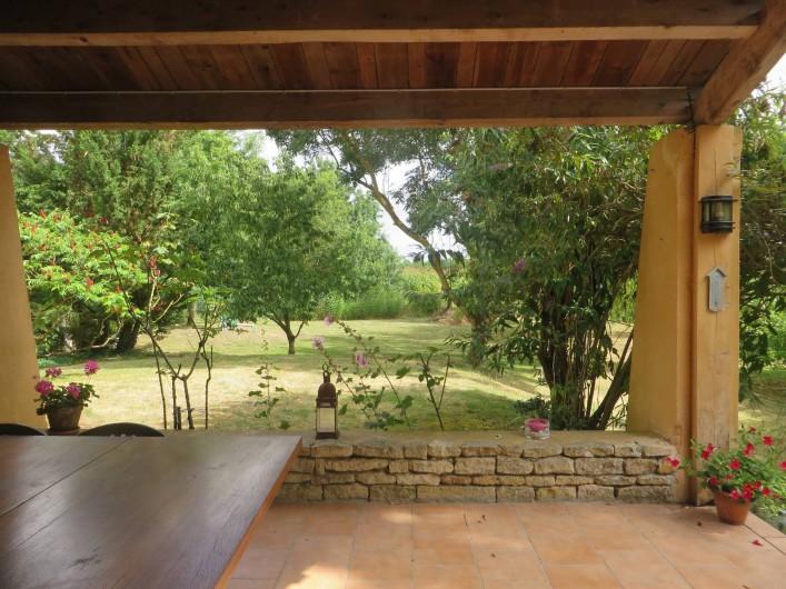 Location de vacances - Gîte à Maillé - préau et vue sur le jardin