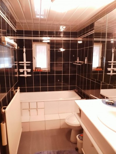 Location de vacances - Gîte à Cerdon - salle de bains baignoire douche wc