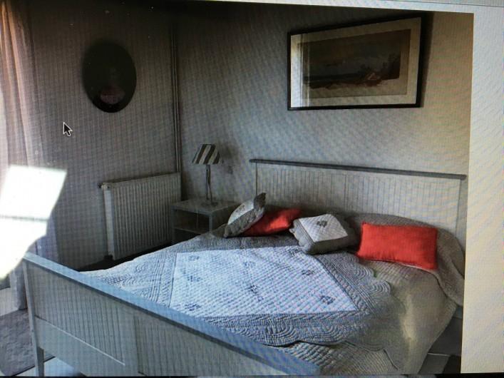 Location de vacances - Maison - Villa à Calvignac - Chambre beige vue sur le Lot