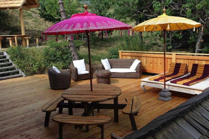Location de vacances - Chalet à Manigod - Terrasse 60m2 avec table ronde de 8 places (+ table supplémentaire)