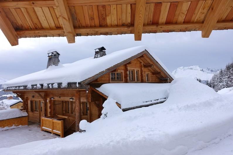 Location de vacances - Chalet à Manigod - De décembre à fin avril, la neige recouvre la pelouse.