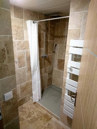 Location de vacances - Gîte à Orgon - Salle de bain en travertin