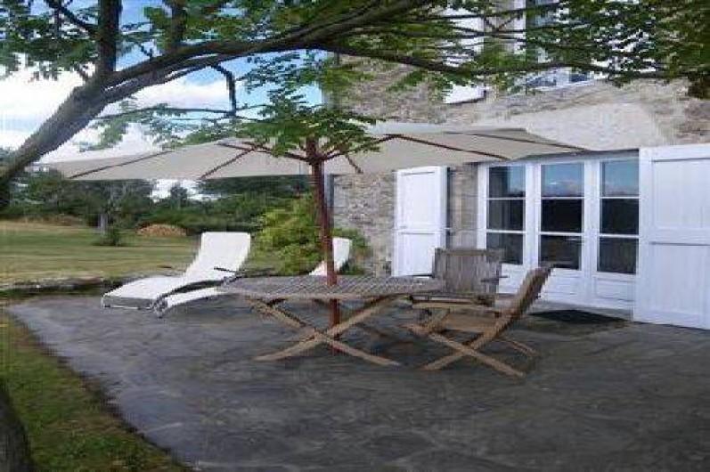 Location de vacances - Chambre d'hôtes à Marcolès - Partie de la terrasse qui est privative de la chambre du Peintre