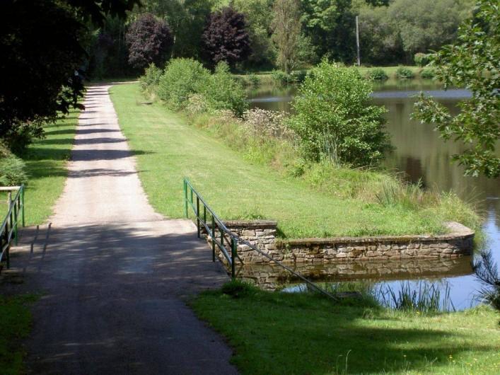 Location de vacances - Chalet à Miallet - le chemin de randonnée autour de l'étang