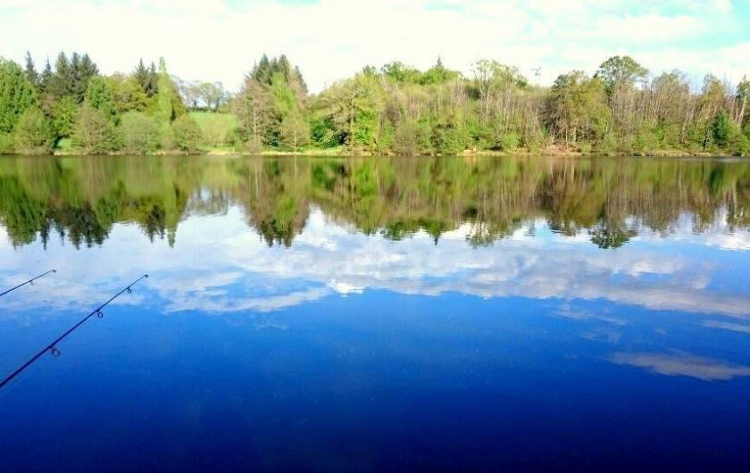 Location de vacances - Chalet à Miallet - la pêche au bord de l'étang