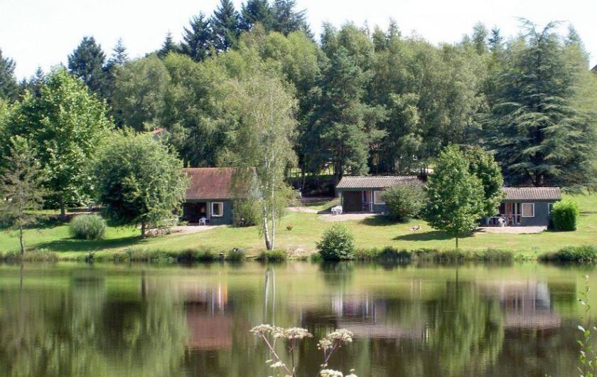 Location de vacances - Chalet à Miallet - Quelques chalets au bord de l'étang