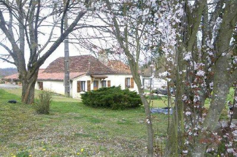 Location de vacances - Gîte à Piets-Plasence-Moustrou - Le gîte, depuis le trop plein, au printemps