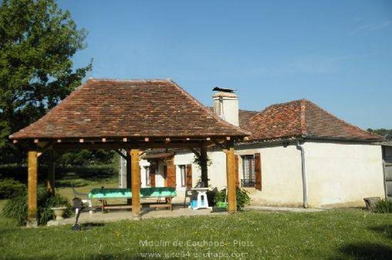 Location de vacances - Gîte à Piets-Plasence-Moustrou - Le gîte et la tonnelle vue depuis le jardin