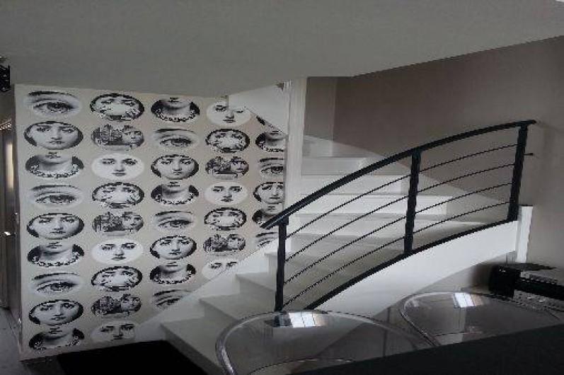 Location de vacances - Appartement à Saint-Malo - salle à manger et escalier