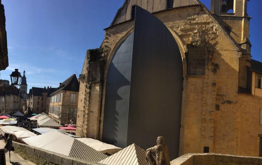 Location de vacances - Gîte à Sarlat-la-Canéda - La grande porte du marché couvert