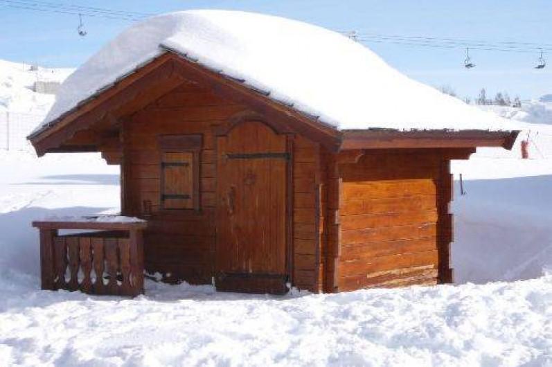 Location de vacances - Appartement à La Toussuire - petit chalet pour ranger le matériel de ski . A disposition chaises longues ,