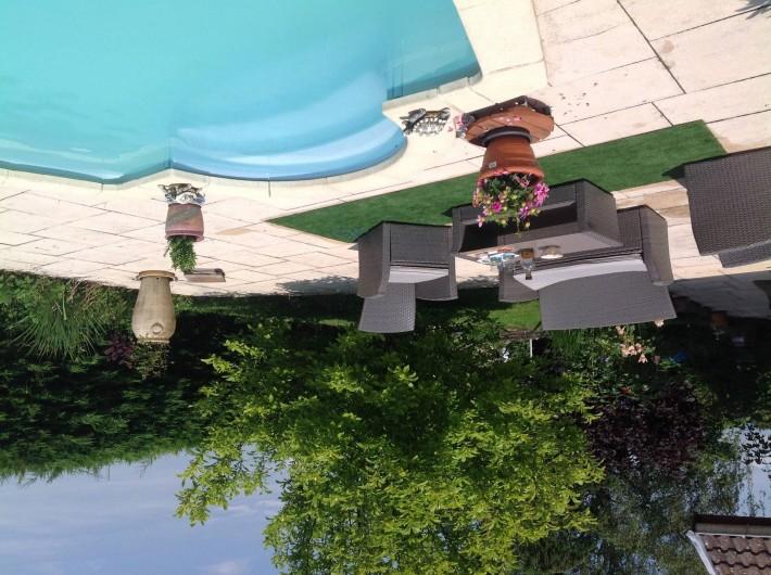 Location de vacances - Villa à Annecy - Salon en rotin devant la piscine