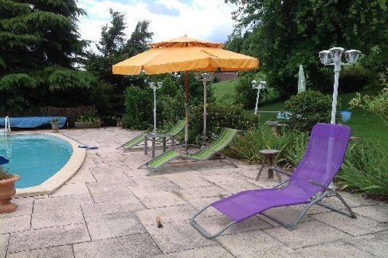 Location de vacances - Villa à Annecy - Piscine avec chaises longues et parasol