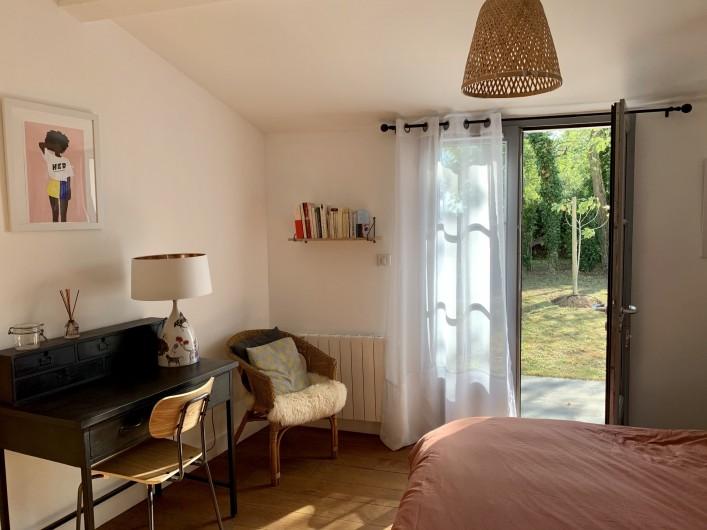 Location de vacances - Villa à La Brée-les-Bains - Chambre double lit 160, accès jardin  Bureau