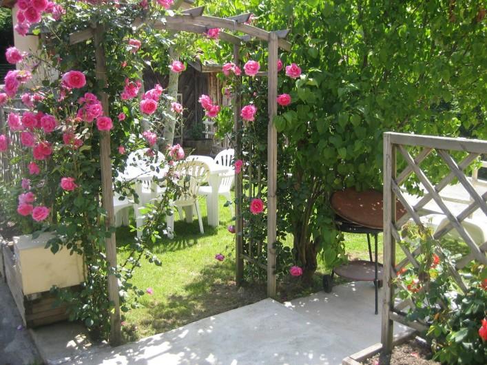Location de vacances - Appartement à Cransac - Jardinet fleuri