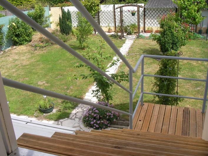 Location de vacances - Appartement à Belz - escalier extérieur pour monter dans l'appartement