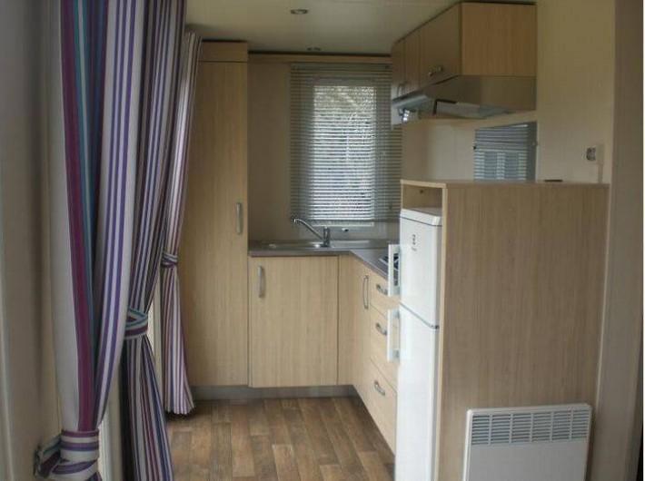 Location de vacances - Bungalow - Mobilhome à Verlincthun - cuisine avec plaque cuisson , micro-onde, frigo, congélo