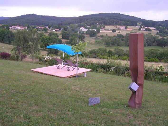 Location de vacances - Gîte à Champagnac-le-Vieux - Terrasse pour profiter de la vue (tonnelle avec vignes en cours de réalisation)
