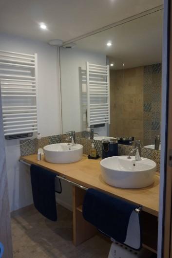 Location de vacances - Maison - Villa à Azincourt - Salle de bain 1 au rez-de-chaussée, 2 vasques, 1 douche à l'italienne et un wc