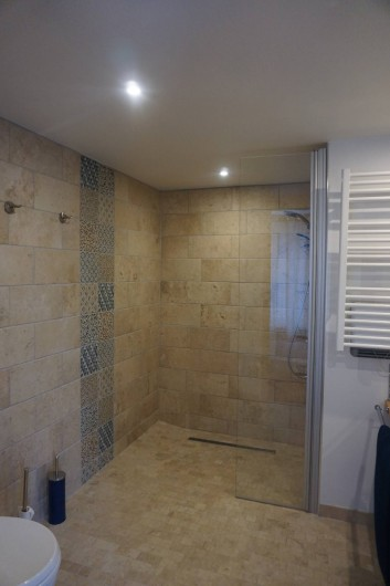 Location de vacances - Maison - Villa à Azincourt - salle de bain 1 - vasques, douche italienne et WC accès handicapé