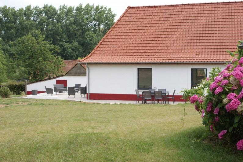 Location de vacances - Maison - Villa à Azincourt - Vue de la maison depuis le jardin (clos)
