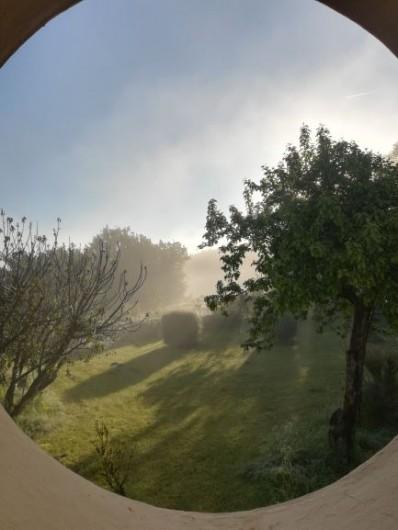 Location de vacances - Chambre d'hôtes à Saint-Avit-Sénieur - Au petit matin, le jardin derrière. Photo côté est
