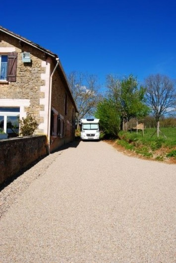 Location de vacances - Chambre d'hôtes à Saint-Avit-Sénieur - Parking pour un camping-car que sur réservation