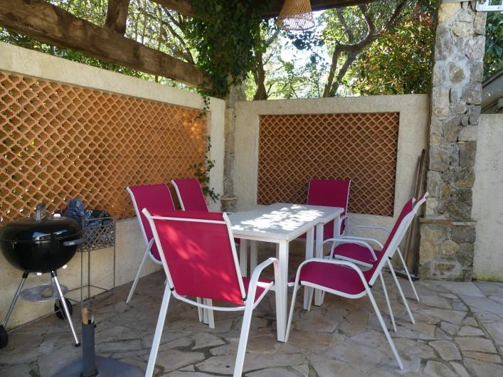 Location de vacances - Maison - Villa à Mandelieu-la-Napoule - Coin repas et barbecue extérieur