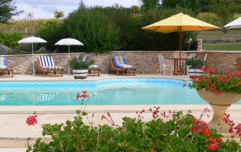 Location de vacances - Chambre d'hôtes à Pailloles - Coin détente au bord de la piscine