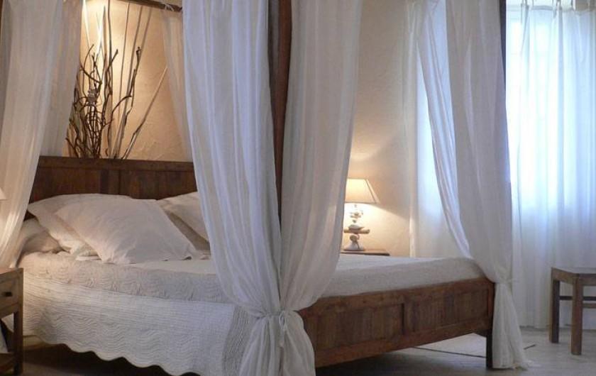 Location de vacances - Chambre d'hôtes à Pailloles - Chambre Zénitude le lit à baldaquin 160