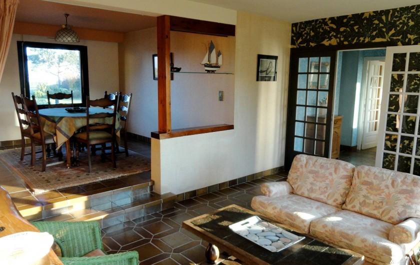Location de vacances - Villa à Plougoulm - salon et salle à manger vue mer