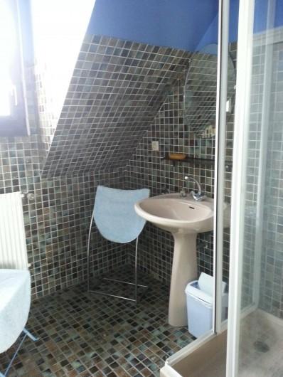 Location de vacances - Villa à Plougoulm - Salle de bain à l'étage avec douche vue mer