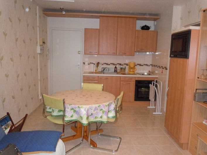 Location de vacances - Appartement à Courseulles-sur-Mer - Vue sur la cuisine aménagée et coin repas