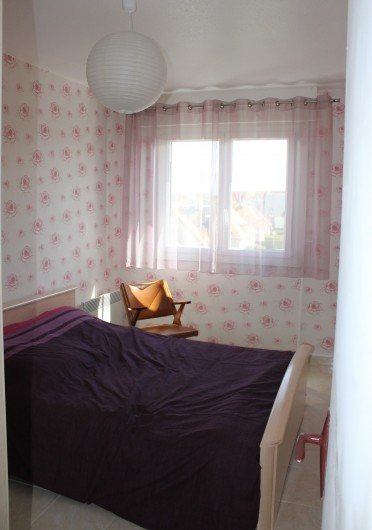 Location de vacances - Appartement à Courseulles-sur-Mer - Chambre pour 2 personnes avec armoire pour rangement