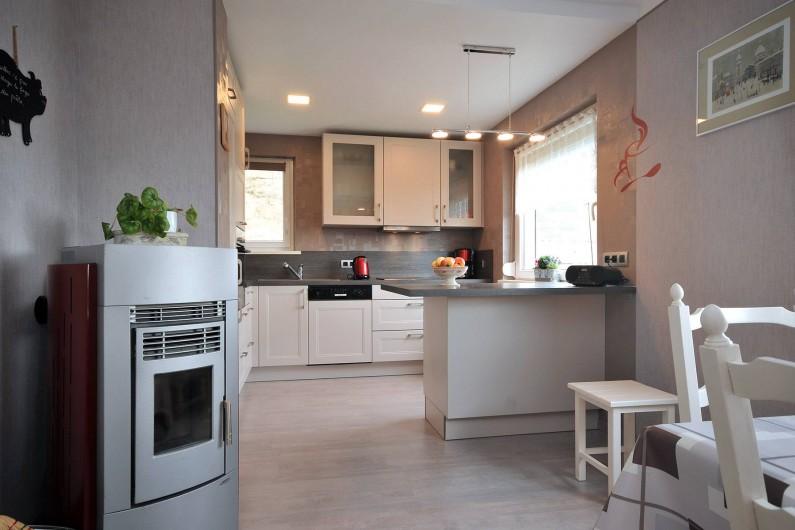 Location de vacances - Appartement à Haegen - séjour vue cuisine - poele à pellets (fournies)