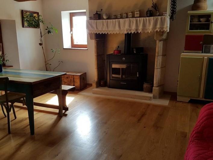 Location de vacances - Gîte à Lassouts - Poêle à bois de la pièce principale, en plus du chauffage central