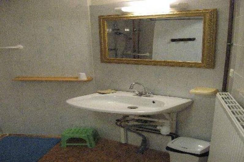 Location de vacances - Chambre d'hôtes à Charézier - Lavabo Chambre handicapé