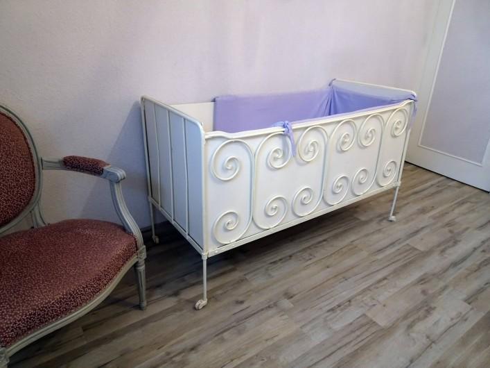 Location de vacances - Gîte à Saint-Igeaux - lit bébé chambre glycine
