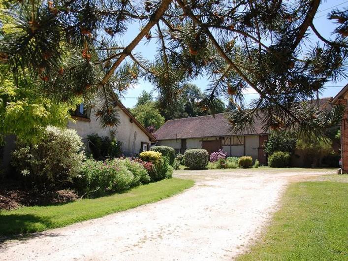 Location de vacances - Chambre d'hôtes à Champignelles - chemin d'accès  à la Ferme des Perriaux