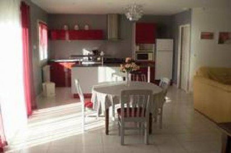 Location de vacances - Villa à Cazouls-lès-Béziers - ensemble cuisine salle a manger salon