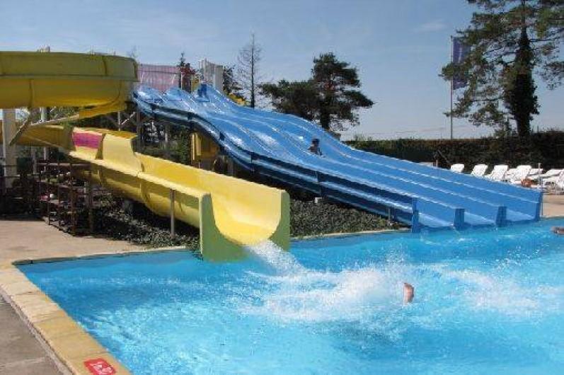 Location de vacances - Camping à Onzain - piscine extérieure avec 2 toboggans