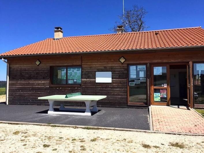 Location de vacances - Chalet à Boisset - Table de ping-pong au bâtiment d'accueil