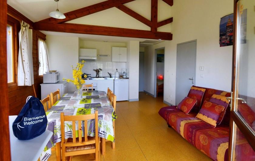 Location de vacances - Chalet à Boisset - Séjour ouvert sur coin cuisine